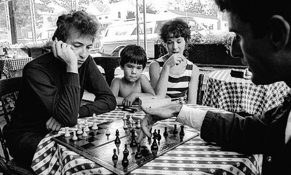 dylan-playing-chess-in-woodstock