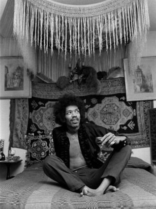 jimi-hendrix-drinking-wine-on-this-bed